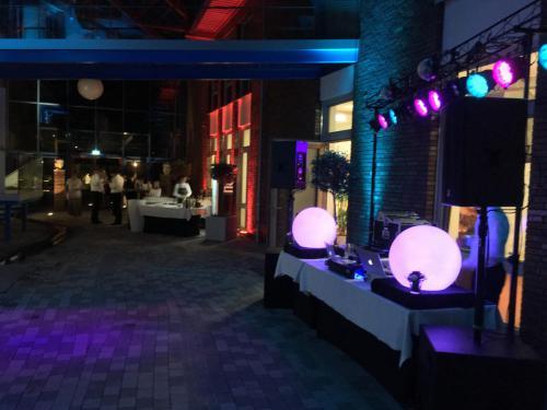 Atrium Hochzeit DJpult undLichter