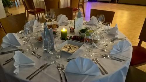 Gedeckter Tisch mit Tischbuffett