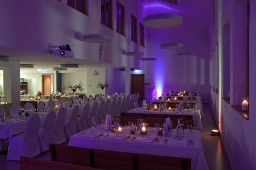 Saal Morgenstern wenig beleuchtet lila Licht gedeckter Tisch hohe Decke